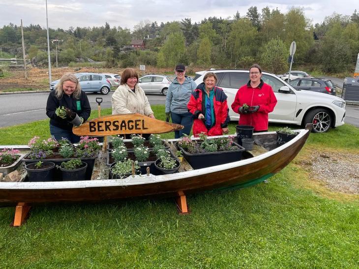 Styret i Bergsagel hagelag planter sommerblomster i båten.