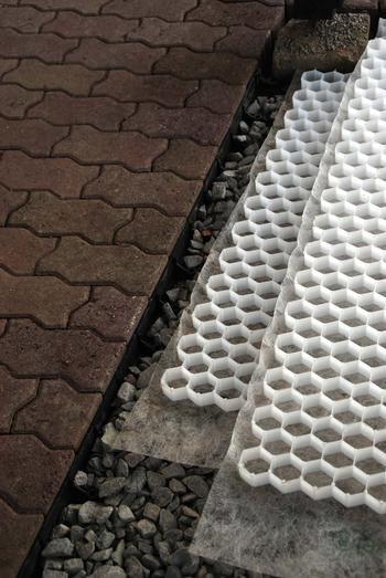 Grusmatter som viser plastcellene der grusen skal legges i