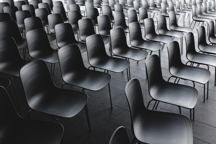 stoler i møtesal