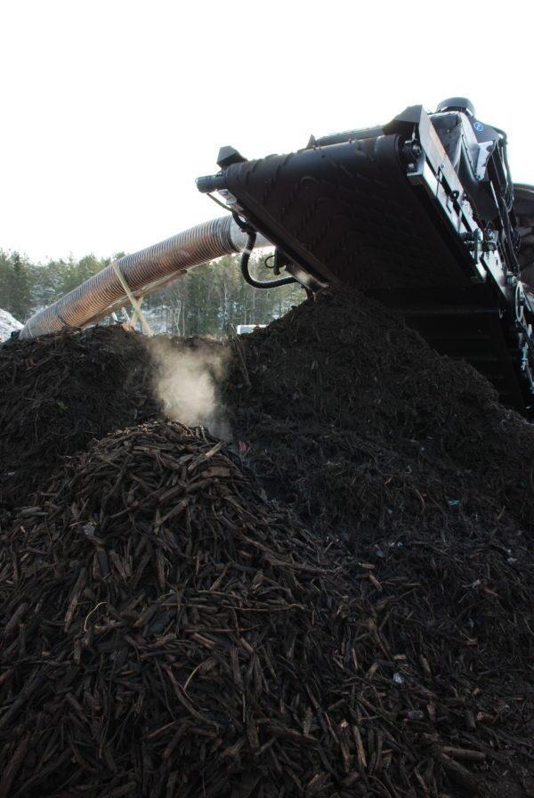 Kompostjord. Det stiger liten strime damp fra en haug, likner røyk.