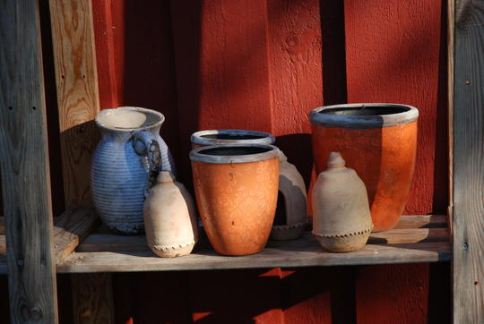 En samling vakre potter