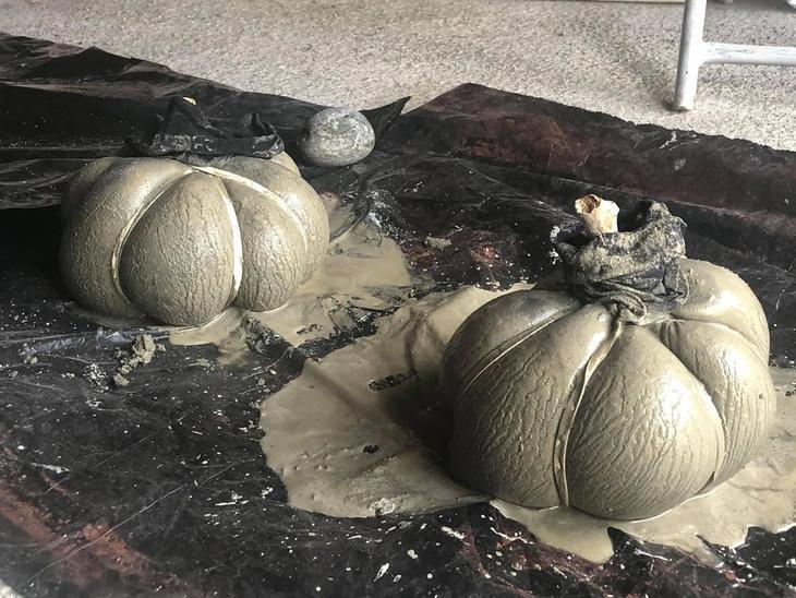 Ferdig støte gresskar i betong ligger til tørk.