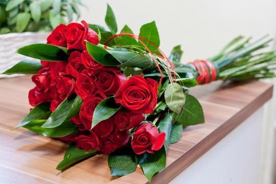 Røde roser i en bunt