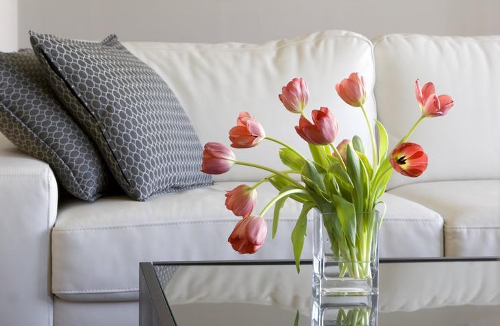 Tulipanbukett på et bord i en stue.