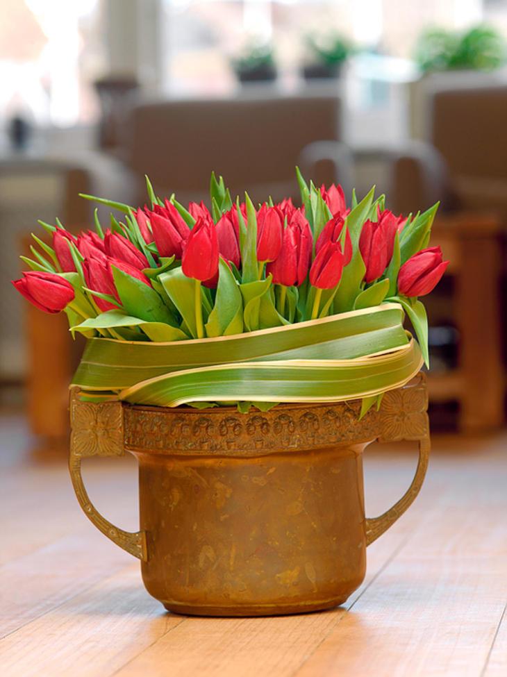 Røde tulipaner i metallpotte