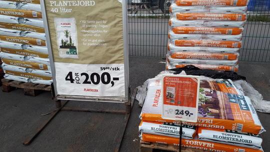 Jordsekker stablet i hauger i et hagesenter. Noen er merket 4 for 200 kr. Foto: Marianne E. Utengen