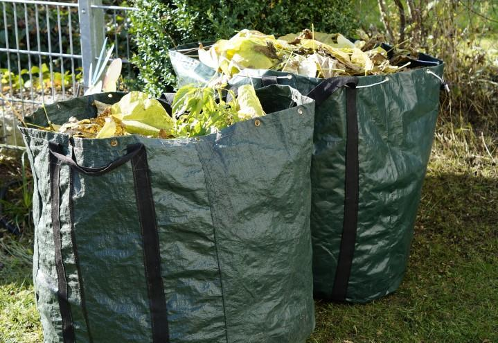 Velfylte sekker med hageavfall.