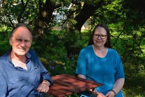 Hageeieren, Gjert og Wenche, i hagen.